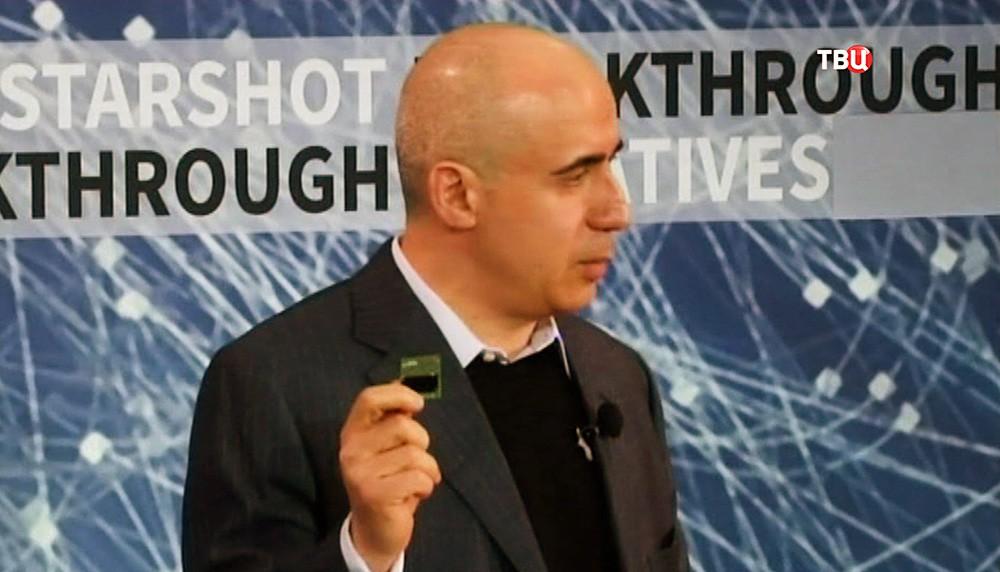 Бизнесмен Юрий Мильнер демонстрирует модель наноробота