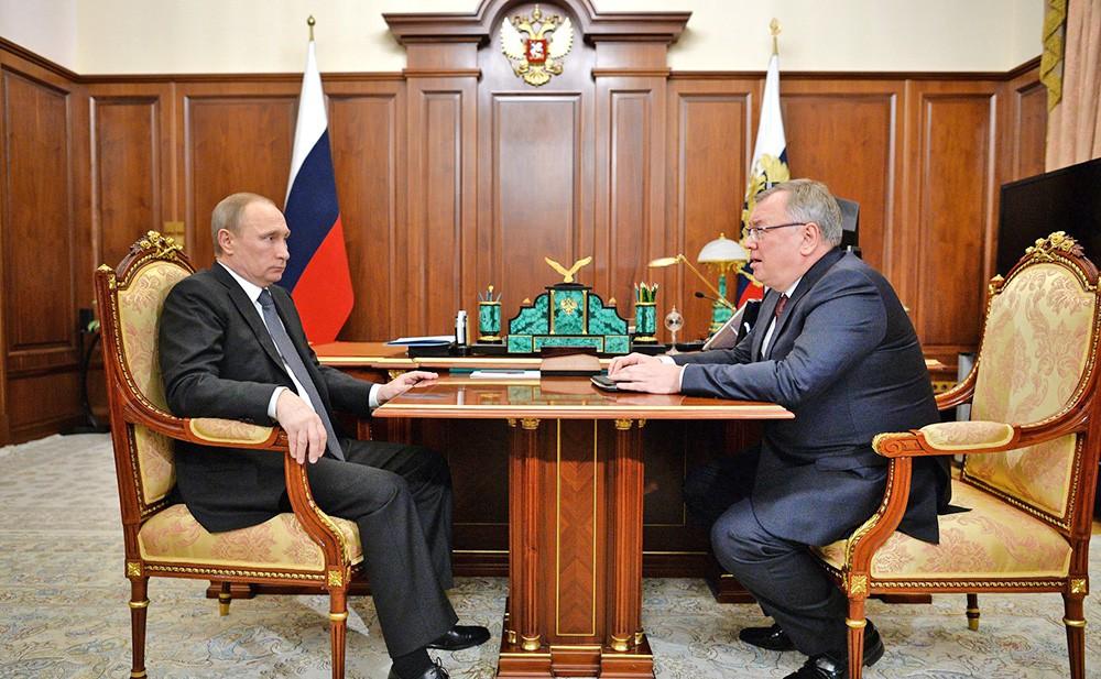Президент России Владимир Путин и президент – председатель правления Банка ВТБ Андрей Костин