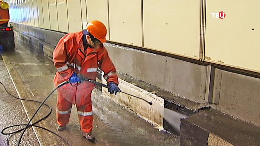 Коммунальщики моют тоннель