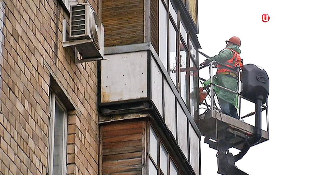 Коммунальщики моют фасад здания