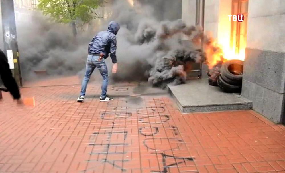 Украинские радикалы напали на здание Россотрудничества в Киеве