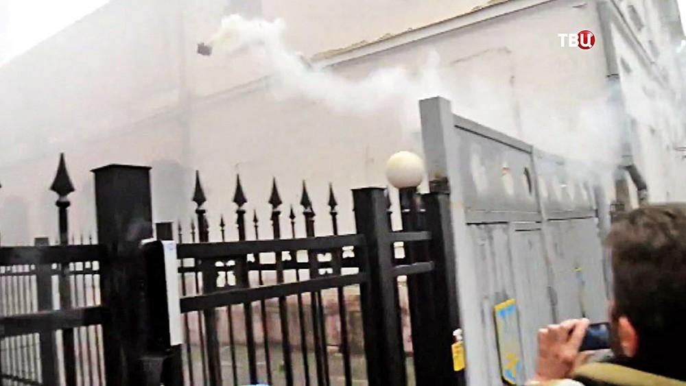 Украинские радикалы бросают дымовые шашки