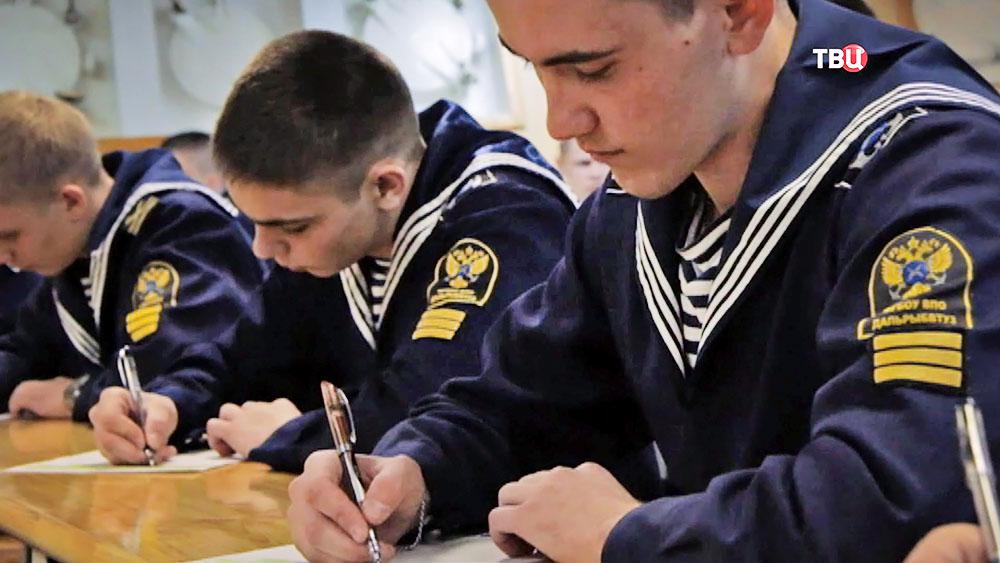 Курсанты морского института пишут диктант