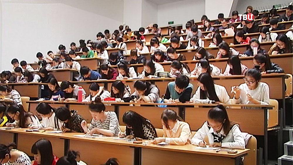 Иностранные студенты в аудитории