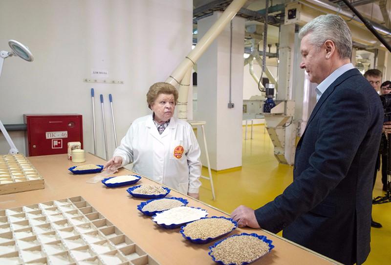 Сергей Собянин на заводе по производству муки