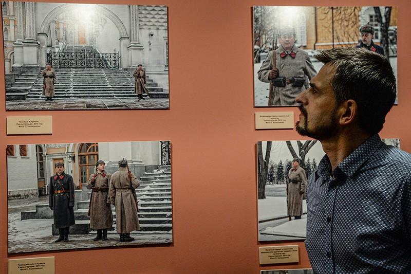 """Посетитель на открытии выставки """"Традиции кремлевского караула"""""""