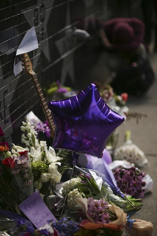 Мемориал у дома певца Принса