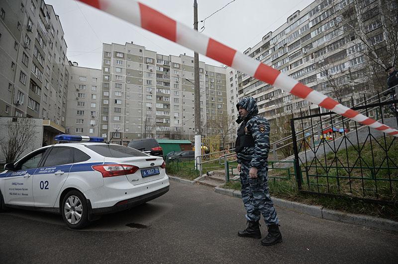 Сотрудник правоохранительных органов у жилого дома на юге Москвы, где были обнаружены оружие и боеприпасы