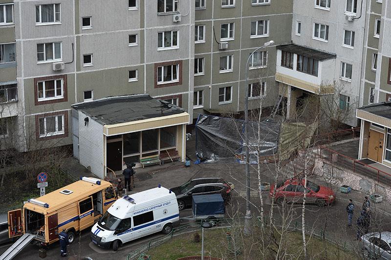 Сотрудники правоохранительных органов у жилого дома на юге Москвы, где были обнаружены оружие и боеприпасы