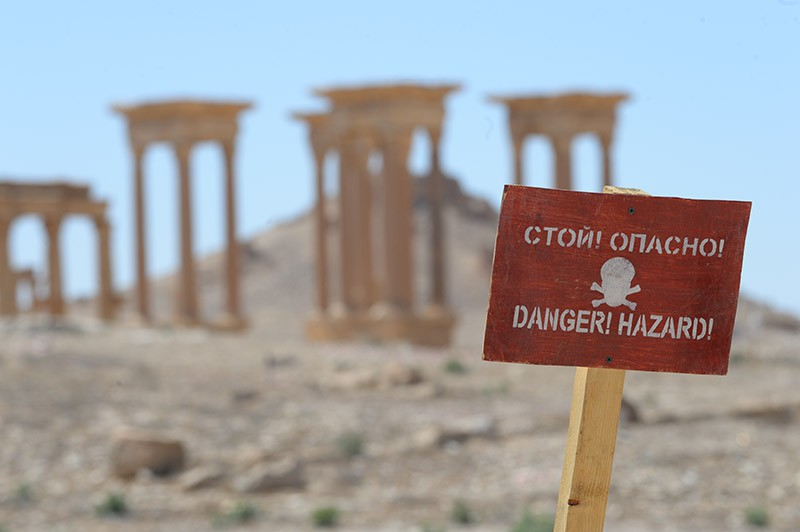 """Табличка с предупреждением """"Стой! Опасно!"""" на территории исторической части Пальмиры"""