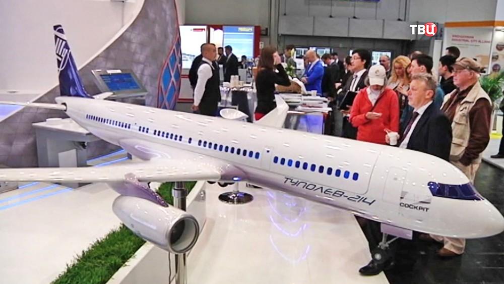 Модель самолета Ту-214 на выставке