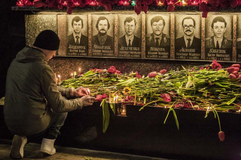 Возложение цветов в память о катастрофе на Чернобыльской АЭС