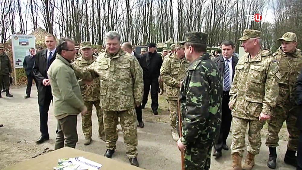 Президент Украины Пётр Порошенко в военной части