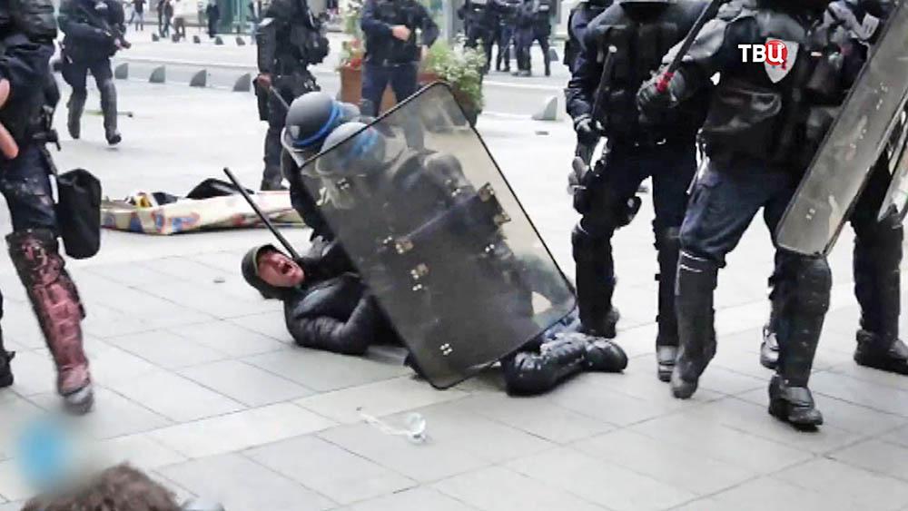 Полиция Франции задерживает демонстрантов на митинге