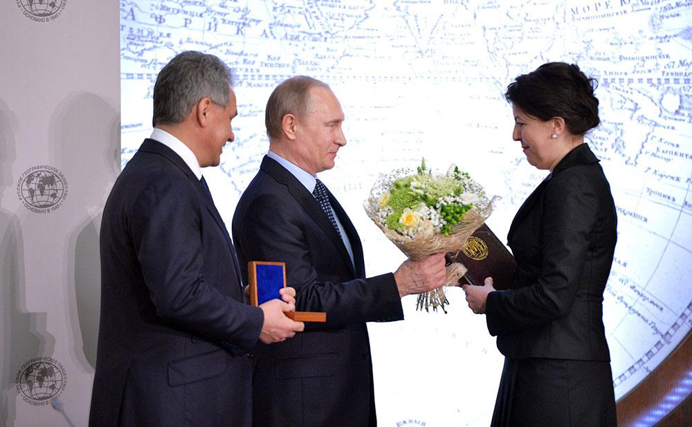 Владимир Путин вручил большую серебряную медаль члену этнографической комиссии Русского географического общества Екатерине Хуторской