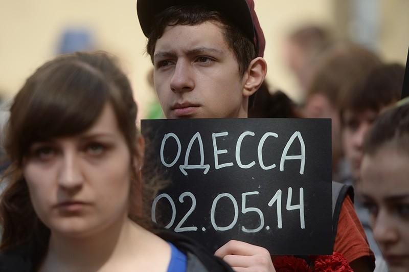Участники акции в память о погибших при пожаре в одесском Доме профсоюзов у посольства Украины в Москве