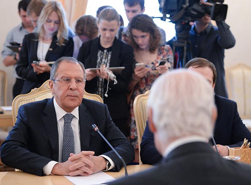 Министр иностранных дел России Сергей Лавров во время встречи в Москве со специальным посланником ООН по Сирии Стаффаном де Мистурой