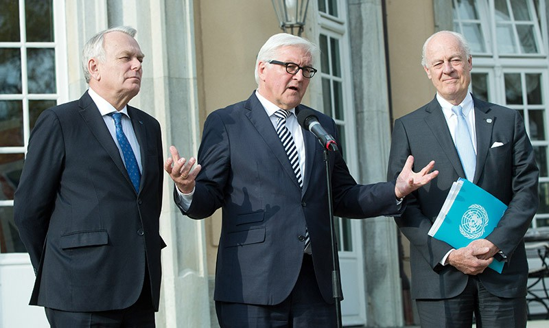 Глава МИД Франции Жан-Марк Эйро, глава МИД Германии Франк-Вальтер Штайнмайер и спецпосланник генсека ООН по Сирии Стаффан де Мистуро во время встречи в Берлине