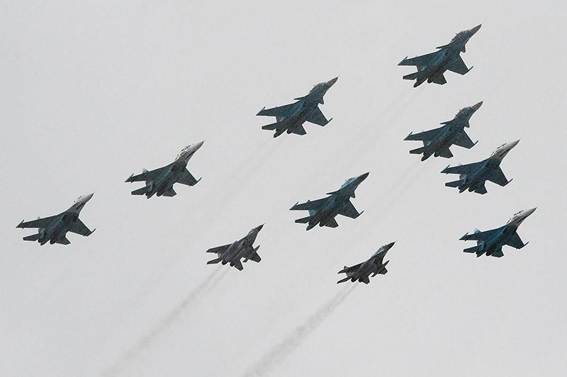 Самолеты Су-34, Су-27 и МиГ-29 во время генеральной репетиции военного парада в честь Дня Победы на Красной площади