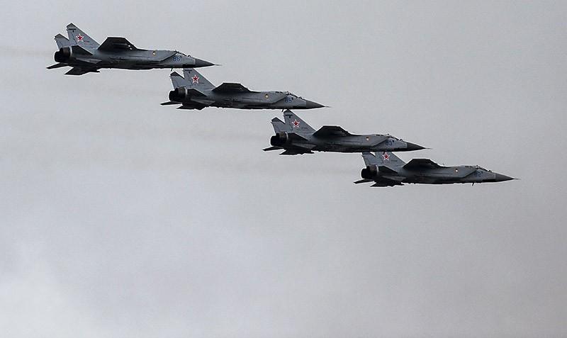 Истребители-перехватчики МиГ-31 во время тренировки групп парадного строя авиации к параду Победы
