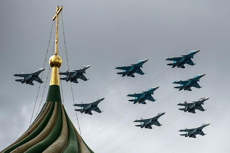 Истребители-бомбардировщики Су-34 и многоцелевые истребители Су-30 СМ на тренировке групп парадного строя авиации к параду Победы