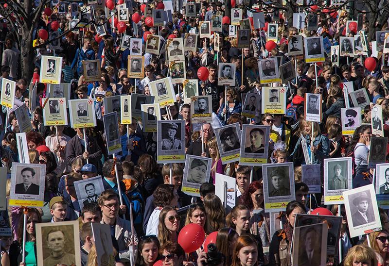"""Участники акции """"Бессмертный полк"""" во время шествия"""