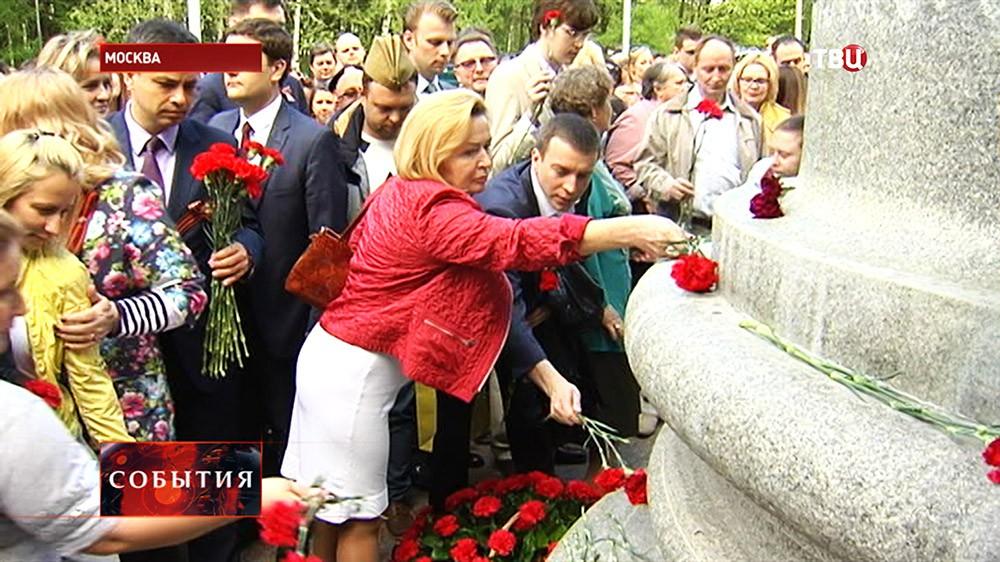 """Возложение цветов к мемориалу """"В борьбе против фашизма мы были вместе"""""""