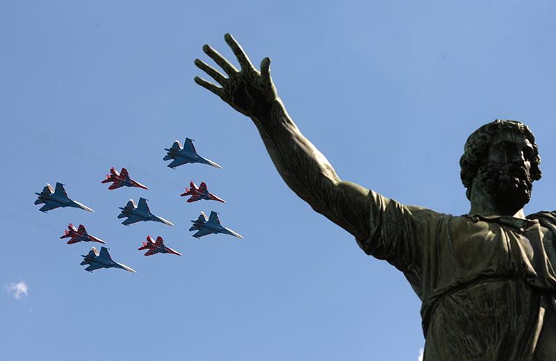 """Многоцелевые истребители Су-27 пилотажной группы """"Русские Витязи"""" и МиГ-29 пилотажной группы """"Стрижи"""" пролетают над Красной площадью на генеральной репетиции военного парада"""