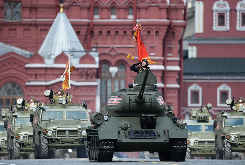 Танк Т-34-85 (на первом плане) на генеральной репетиции военного парада, посвященного 71-й годовщине Победы в Великой Отечественной войне