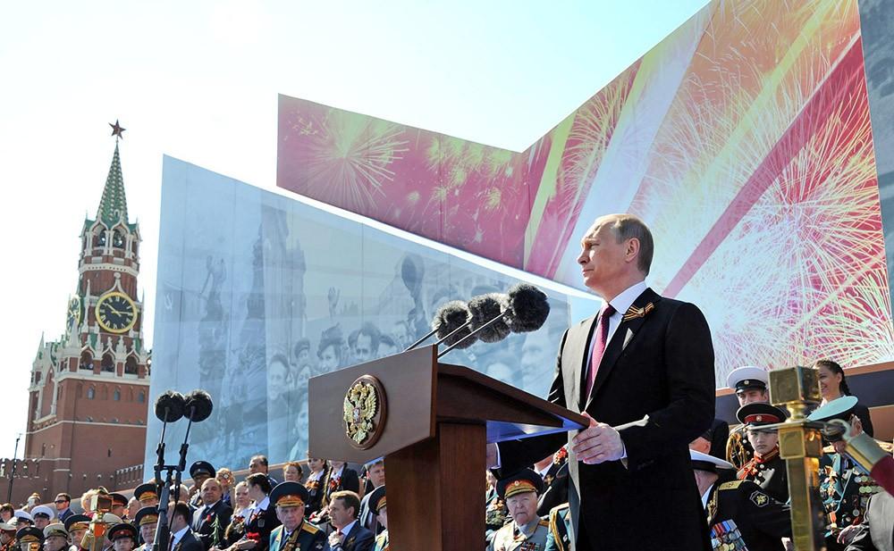 Президент России Владимир Путин принемает Парад Победы