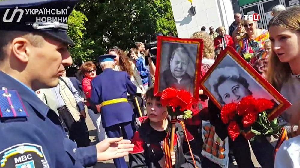 """Украинский милиционер просит снять Георгиевскую ленточку во время шествия """"Бессмертного полка"""""""