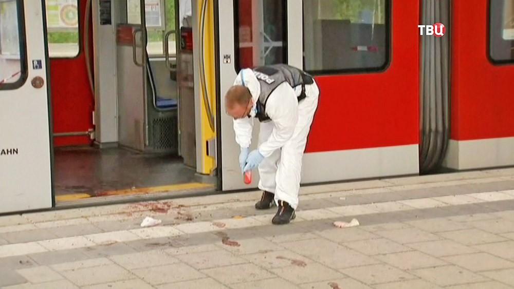 Криминалисты на месте нападения на железнодорожной станции в Германии