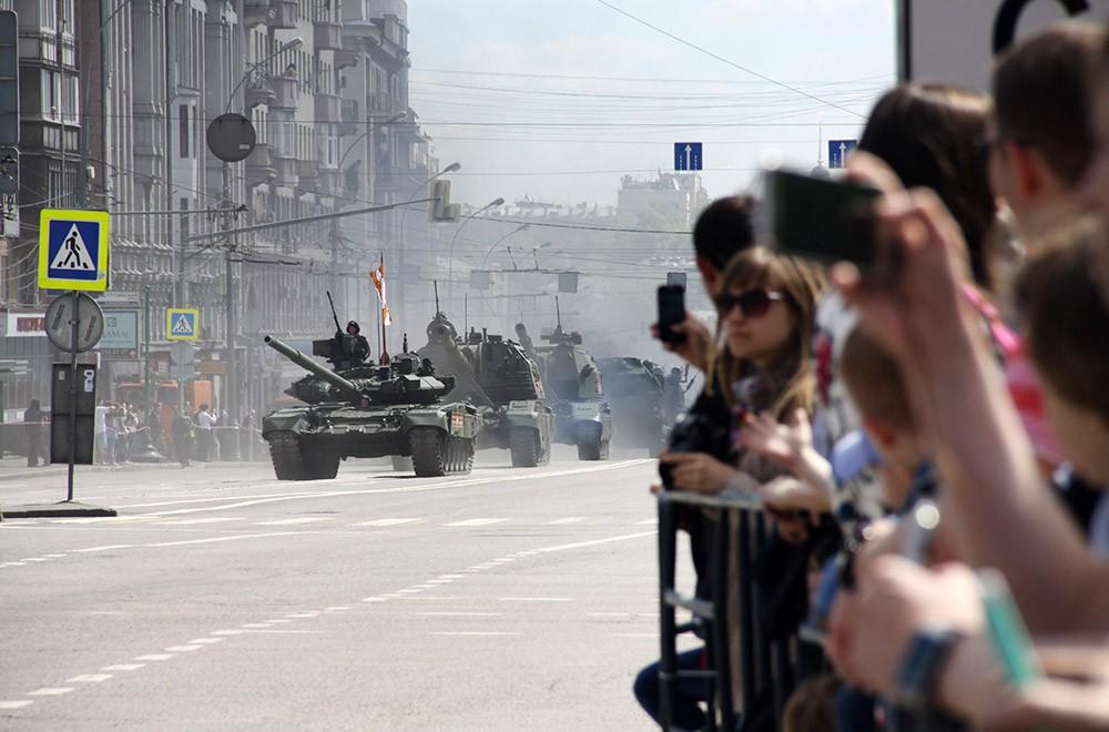 Военная техника во время празднования Дня Победы