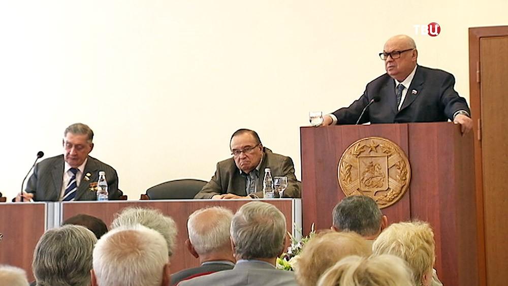 Владимир Ресин выступает на заседании