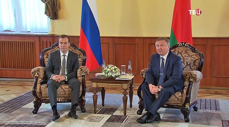Премьер-министр Дмитрий Медведев и Андрей Кобяков