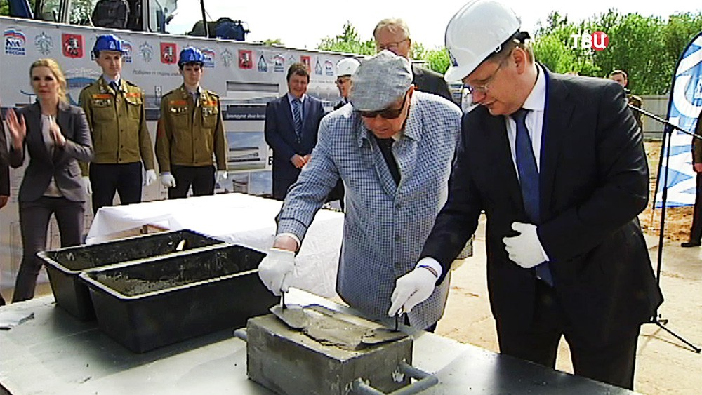 Владимир Ресин принимает участие в закладке капсулы в фундамент строящегося в МГСУ бассейна