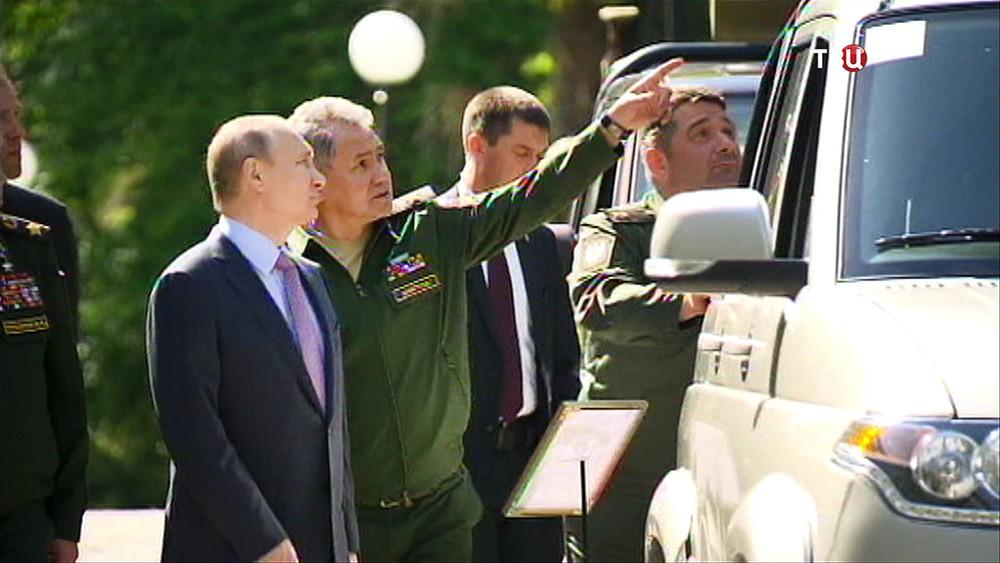 Владимир Путин и Сергей Шойгу осматривает военную технику