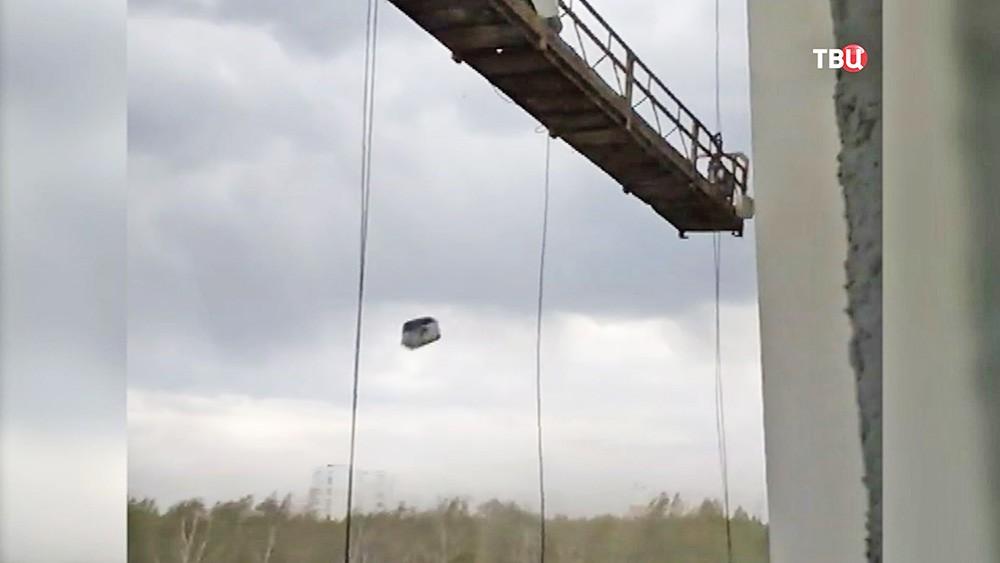 Строительную люльку раскачивает ветром