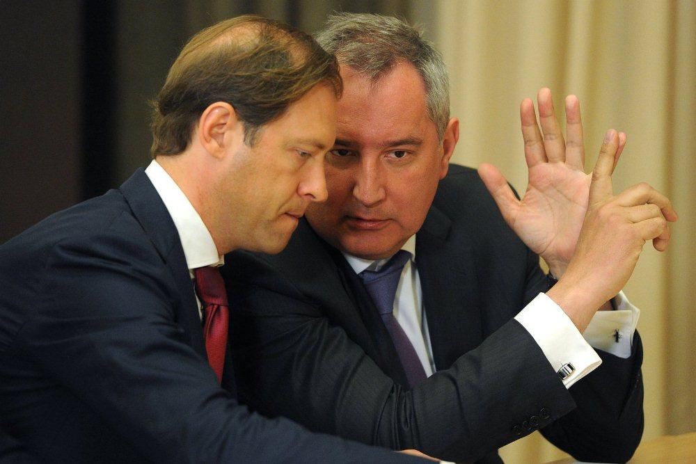 Дмитрий Рогозин (справа) в небрежно завязанном галстуке