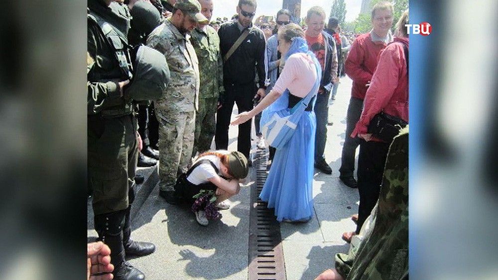 Украинские радикалы хотят снять Георгиевскую ленточку с девочки
