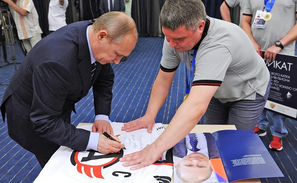 Президент России Владимир Путин на встрече с победителями V Всероссийского фестиваля среди любительских команд
