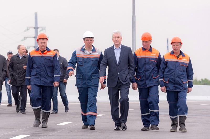 Сергей Собянин запустил движение по двум эстакадам на пересечении улицы Рябиновая и Троекуровского проезда