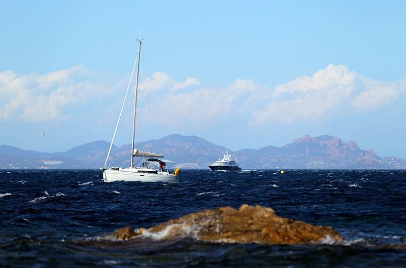 Вид на яхту в море