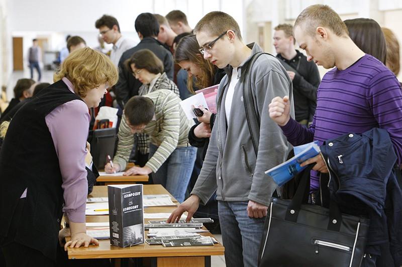 Студенты и сотрудники кадровых служб предприятий во время трудоустройства молодых специалистов