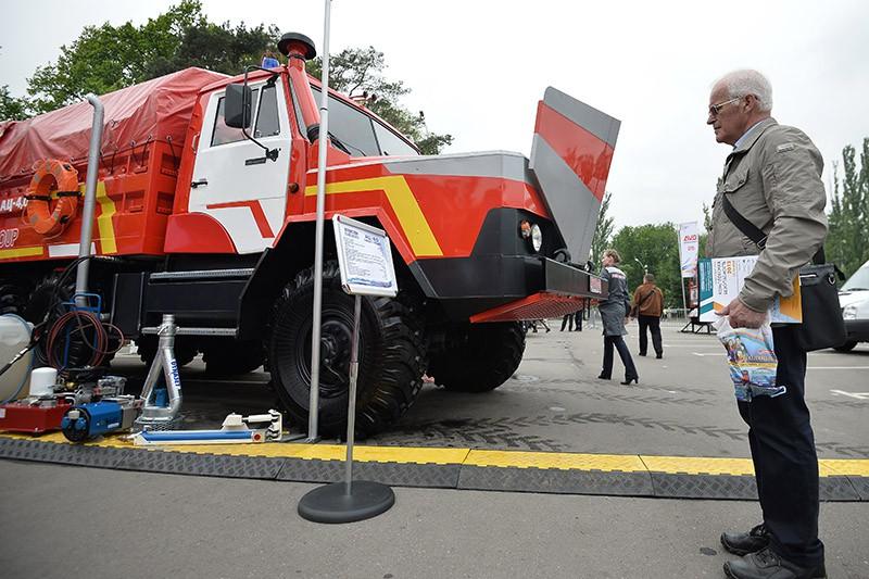 Посетитель у пожарной автоцистерны АЦ-40, созданной на базе автомобиля Урал-4320