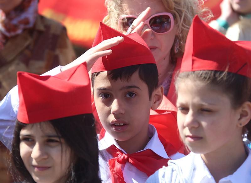 Школьники во время торжественного приема в пионеры