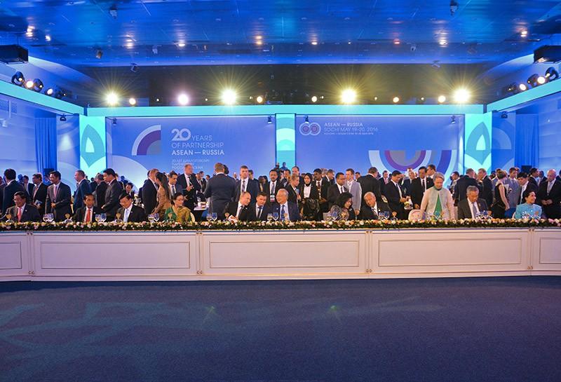 Президент России Владимир Путин с гостями на торжественном приеме в честь глав делегаций - участников саммита Россия — АСЕАН