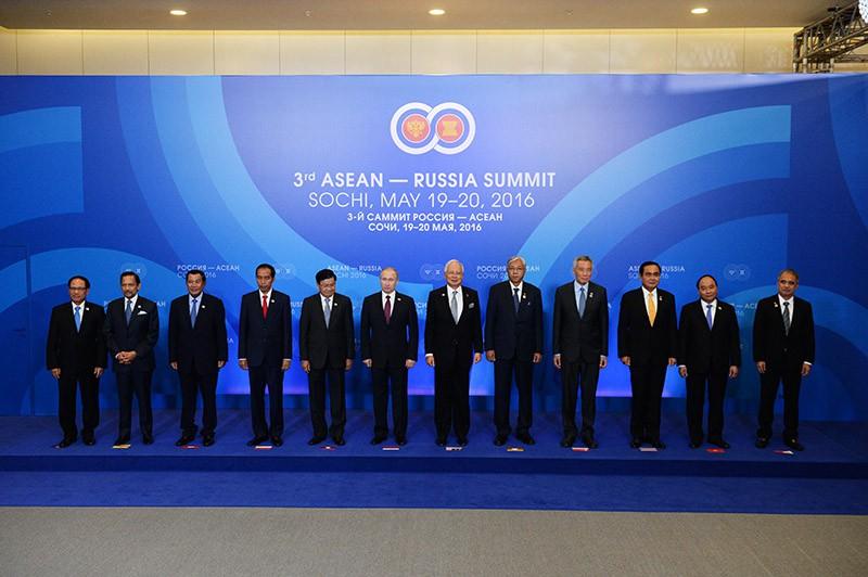 Владимир Путин на совместном фотографировании глав делегаций-участников саммита Россия — АСЕАН
