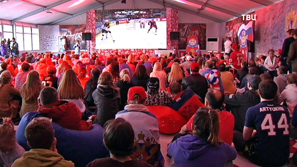 Болельщики смотрят чемпионат мира по хоккею
