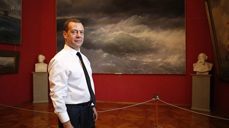 Председатель правительства РФ Дмитрий Медведев во время посещения Феодосийской картинной галереи имени И.К. Айвазовского